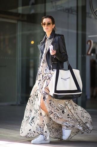 Come indossare: giacca da moto in pelle nera, vestito lungo a fiori beige, sneakers basse bianche, borsa shopping in pelle bianca e nera