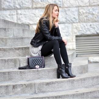 Questo abbinamento di una giacca da moto in pelle nera e un vestito scampanato grigio garantisce un look per fetto senza il minimo sforzo. Impreziosisci il tuo outfit con un paio di stivaletti in pelle neri.