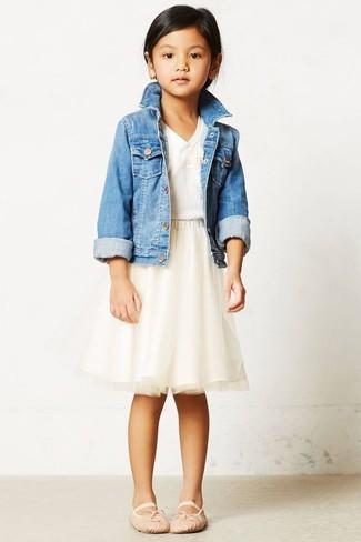 Come indossare e abbinare: giacca di jeans azzurra, t-shirt bianca, gonna in tulle beige, ballerine beige