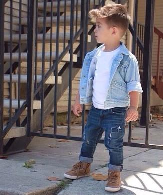 Come indossare e abbinare: giacca di jeans azzurra, t-shirt bianca, jeans blu scuro, sneakers marroni