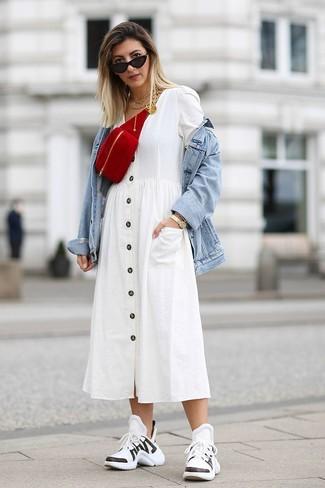 Come indossare: giacca di jeans azzurra, vestito chemisier bianco, scarpe sportive bianche e nere, marsupio in pelle scamosciata rosso