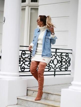 Trend da donna 2020: Coniuga una giacca di jeans azzurra con un vestito di maglia bianco per affrontare con facilità la tua giornata. Opta per un paio di stivali sopra il ginocchio in pelle scamosciata rosa per un tocco virile.