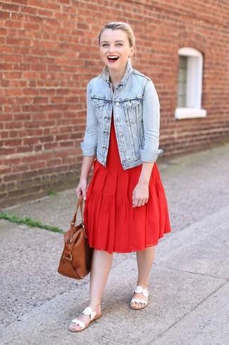 Come indossare: giacca di jeans azzurra, vestito longuette a pieghe rosso, sandali piatti in pelle bianchi, borsa shopping in pelle marrone