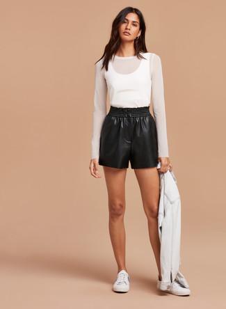 Come indossare: giacca di jeans bianca, t-shirt manica lunga in rete bianca, pantaloncini in pelle neri, sneakers basse bianche