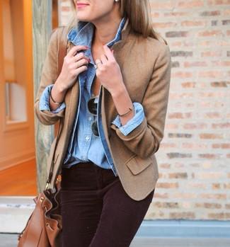 Come indossare: giacca di jeans azzurra, blazer di lana marrone chiaro, camicia di jeans azzurra, jeans aderenti di velluto a coste melanzana scuro