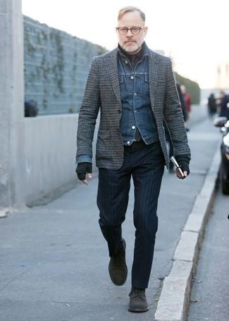 Come indossare: giacca di jeans blu, blazer di lana a quadri grigio, camicia elegante nera, pantaloni eleganti a righe verticali blu scuro