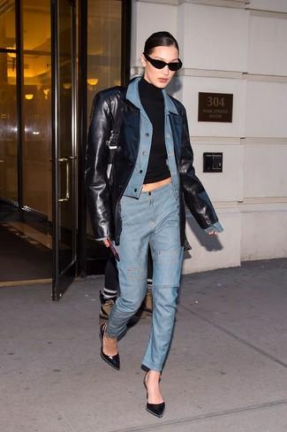 Come indossare e abbinare: giacca di jeans azzurra, blazer in pelle nero, dolcevita nero, jeans azzurri