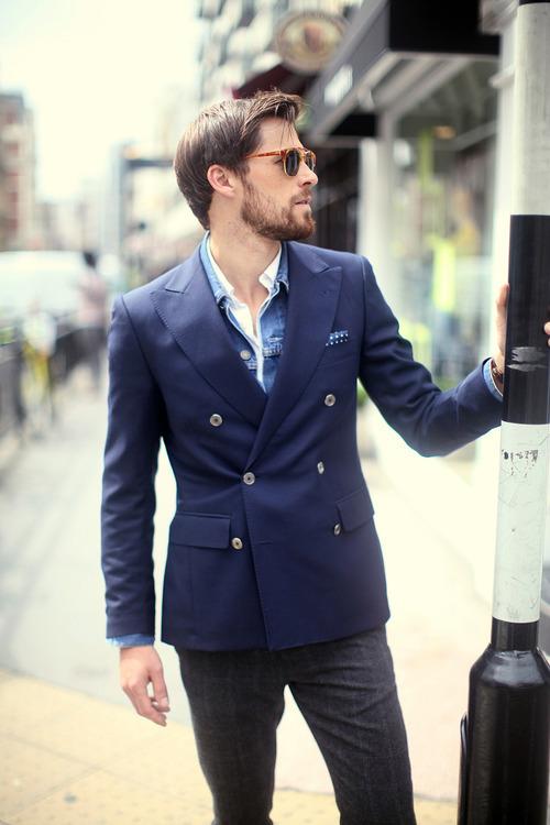 Look alla moda per uomo  Giacca di jeans blu c663262ebf1