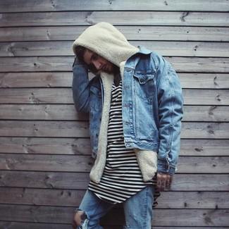 Come indossare: giacca di jeans blu, felpa con cappuccio di pile beige, t-shirt girocollo a righe orizzontali bianca e nera, jeans strappati blu