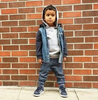 Come indossare: giacca di jeans blu, felpa con cappuccio grigia, pantaloni sportivi grigio scuro, sneakers grigio scuro