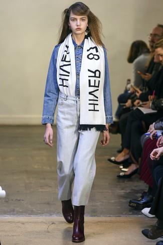 Come indossare e abbinare: giacca di jeans blu, jeans azzurri, stivaletti in pelle bordeaux, sciarpa stampata bianca e nera