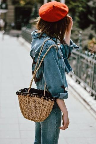 Come indossare: giacca di jeans blu, jeans blu, borsa shopping di paglia marrone chiaro, berretto rosso