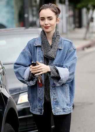 Come indossare e abbinare un maglione con scollo a cappuccio grigio scuro: Vestiti con un maglione con scollo a cappuccio grigio scuro e jeans aderenti neri per creare un look raffinato e glamour.
