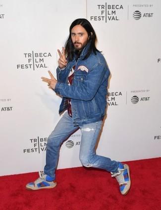 Come indossare: giacca di jeans blu, maglione girocollo a rombi bordeaux, jeans strappati blu, sneakers alte in pelle blu