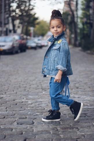 Come indossare: giacca di jeans blu, pantaloni blu, sneakers nere