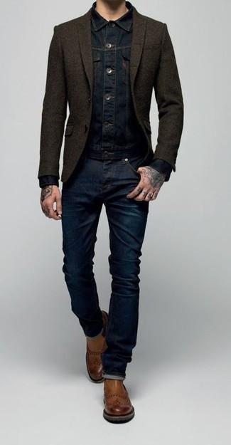 Abbinare una giacca di jeans blu scuro e jeans blu scuro è una comoda opzione per fare commissioni in città. Scegli uno stile classico per le calzature e prova con un paio di stivali chelsea in pelle marroni.