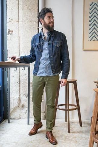 Come indossare e abbinare chino verde oliva: Scegli un outfit composto da una giacca di jeans blu scuro e chino verde oliva per un fantastico look da sfoggiare nel weekend. Scegli un paio di stivali casual in pelle marroni come calzature per un tocco virile.
