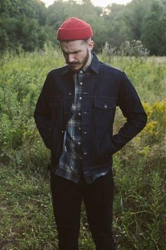 Come indossare e abbinare una camicia a maniche lunghe scozzese blu scuro: Coniuga una camicia a maniche lunghe scozzese blu scuro con chino neri per affrontare con facilità la tua giornata.