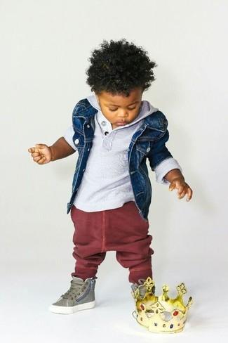 Come indossare: giacca di jeans blu scuro, felpa con cappuccio grigia, pantaloni sportivi bordeaux, sneakers verde oliva