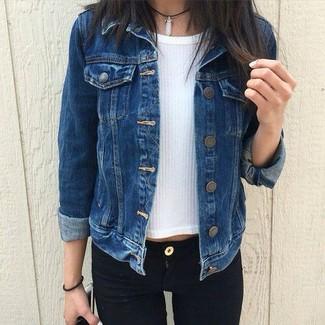Combina un maglione a maniche corte con jeans aderenti neri per affrontare con facilità la tua giornata.