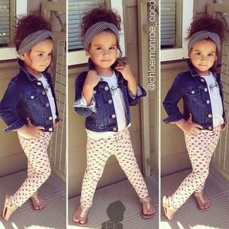Come indossare: giacca di jeans blu scuro, t-shirt bianca, leggings rosa, sandali dorati