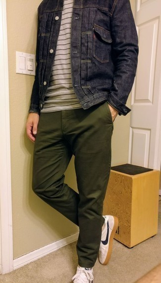 Trend da uomo 2020: Abbina una giacca di jeans blu scuro con chino verde oliva per un look semplice, da indossare ogni giorno. Se non vuoi essere troppo formale, mettiti un paio di sneakers basse in pelle bianche e blu scuro.