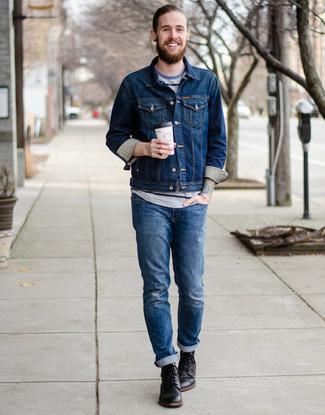 Come indossare e abbinare: giacca di jeans blu scuro, t-shirt girocollo a righe orizzontali grigia, jeans strappati blu, stivali casual in pelle neri