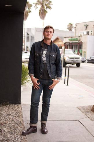 Come indossare e abbinare: giacca di jeans blu scuro, t-shirt girocollo stampata nera e bianca, jeans blu scuro, stivali casual in pelle bordeaux