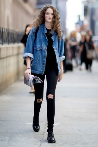 Come indossare e abbinare: giacca di jeans blu, t-shirt girocollo nera, jeans aderenti strappati neri, scarpe oxford in pelle nere