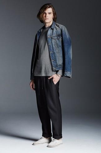 Come indossare e abbinare: giacca di jeans blu, t-shirt manica lunga a righe orizzontali grigia, pantaloni sportivi neri, sneakers basse di tela bianche