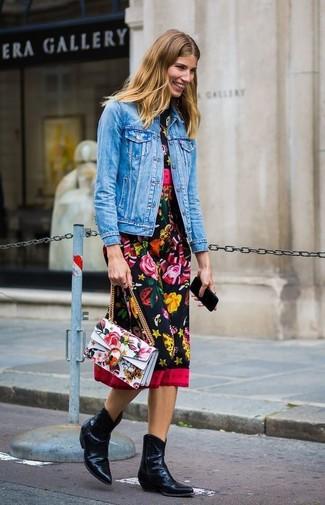 Come indossare e abbinare: giacca di jeans blu, vestito longuette a fiori nero, stivali da cowboy in pelle neri, cartella in pelle a fiori bianca