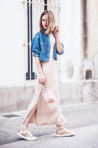 Come indossare: giacca di jeans blu, vestito lungo lavorato a maglia beige, sneakers basse in pelle dorate, borsa a secchiello in pelle rosa