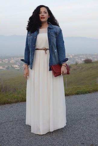 c5d2600b4a5d Come indossare: giacca di jeans blu, vestito lungo a pieghe bianco,  pochette in