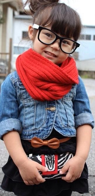 Come indossare: giacca di jeans blu, vestito nero, sciarpa rossa