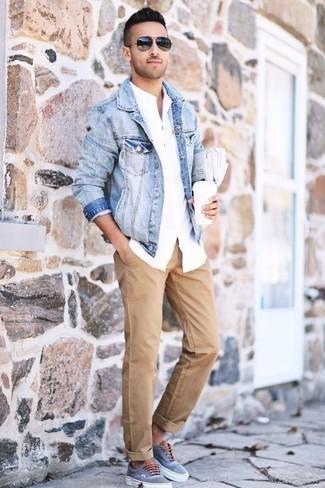 Come indossare e abbinare chino marrone chiaro: Prova ad abbinare una giacca di jeans azzurra con chino marrone chiaro per un look trendy e alla mano. Per distinguerti dagli altri, indossa un paio di sneakers basse di tela azzurre.