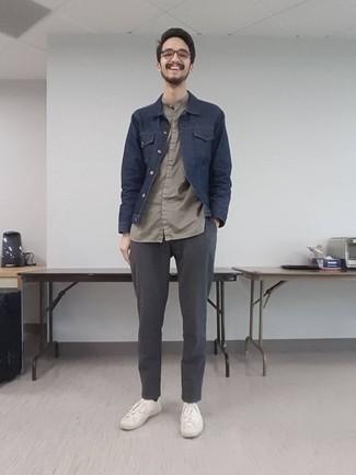 Trend da uomo 2020: Potresti indossare una giacca di jeans blu scuro e chino grigi per un fantastico look da sfoggiare nel weekend. Per un look più rilassato, scegli un paio di sneakers basse di tela bianche.