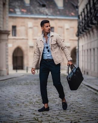 Come indossare e abbinare una cintura in pelle nera: Scegli una giacca di jeans beige e una cintura in pelle nera per un'atmosfera casual-cool. Scegli un paio di mocassini eleganti in pelle scamosciata blu scuro come calzature per dare un tocco classico al completo.