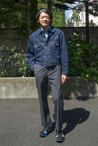 Moda uomo anni 50: Scegli un outfit composto da una giacca di jeans blu scuro e chino grigio scuro per un look trendy e alla mano. Prova con un paio di scarpe sportive nere e blu per un tocco più rilassato.