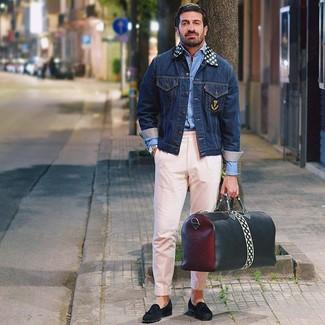Come indossare e abbinare: giacca di jeans blu scuro, camicia a maniche lunghe azzurra, chino rosa, mocassini con nappine in pelle scamosciata neri