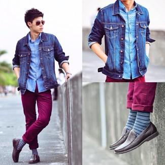 Come indossare e abbinare calzini a righe orizzontali blu: Mostra il tuo stile in una giacca di jeans blu con calzini a righe orizzontali blu per un look comfy-casual. Prova con un paio di mocassini driving in pelle marrone scuro per dare un tocco classico al completo.