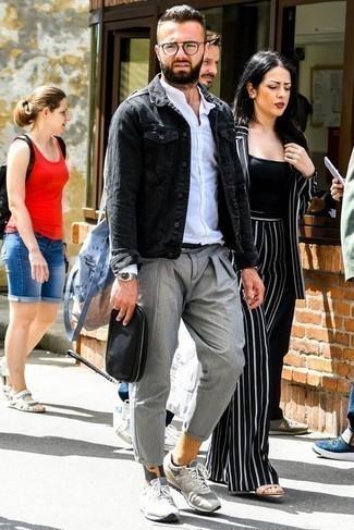 Come indossare e abbinare una pochette in pelle nera: Combina una giacca di jeans grigio scuro con una pochette in pelle nera per un outfit rilassato ma alla moda.