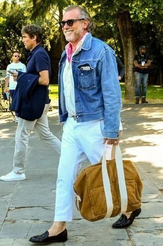 Trend da uomo 2020: Punta su una giacca di jeans blu e chino bianchi per un look spensierato e alla moda. Lascia uscire il Riccardo Scamarcio che è in te e calza un paio di mocassini eleganti in pelle neri per dare un tocco di classe al tuo look.