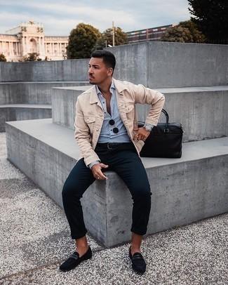 Come indossare e abbinare una cintura in pelle nera: Prova a combinare una giacca di jeans beige con una cintura in pelle nera per un outfit rilassato ma alla moda. Sfodera il gusto per le calzature di lusso e scegli un paio di mocassini eleganti in pelle scamosciata neri.