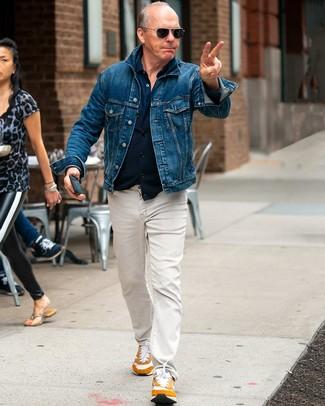 Come indossare: giacca di jeans blu, camicia a maniche lunghe blu scuro, jeans beige, scarpe sportive terracotta