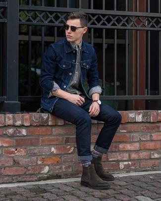 Come indossare e abbinare occhiali da sole marrone scuro: Coniuga una giacca di jeans blu scuro con occhiali da sole marrone scuro per un'atmosfera casual-cool. Scegli un paio di stivali chelsea in pelle scamosciata marrone scuro per un tocco virile.