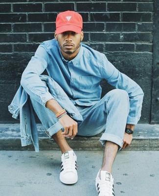 Come indossare e abbinare: giacca di jeans azzurra, camicia di jeans azzurra, jeans azzurri, sneakers basse in pelle bianche