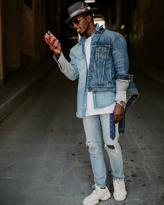 Come indossare e abbinare: giacca di jeans blu, camicia di jeans azzurra, t-shirt girocollo bianca, jeans strappati azzurri