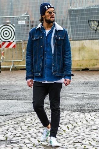 Come indossare e abbinare una berretto stampata blu scuro: Prova ad abbinare una giacca di jeans blu con una berretto stampata blu scuro per un look perfetto per il weekend. Indossa un paio di sneakers basse in pelle bianche e verdi per un tocco virile.