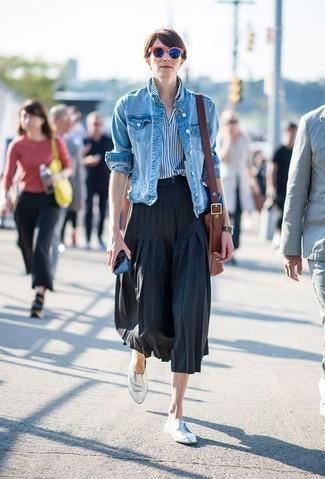 Come indossare: giacca di jeans blu, camicia elegante a righe verticali bianca e blu, gonna longuette a pieghe nera, mocassini eleganti in pelle argento