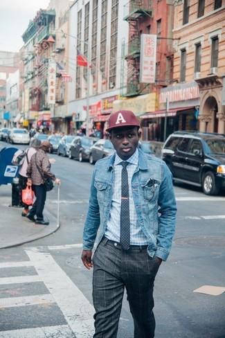 Come indossare e abbinare: giacca di jeans azzurra, camicia elegante a quadretti azzurra, pantaloni eleganti a quadri grigio scuro, berretto da baseball bordeaux